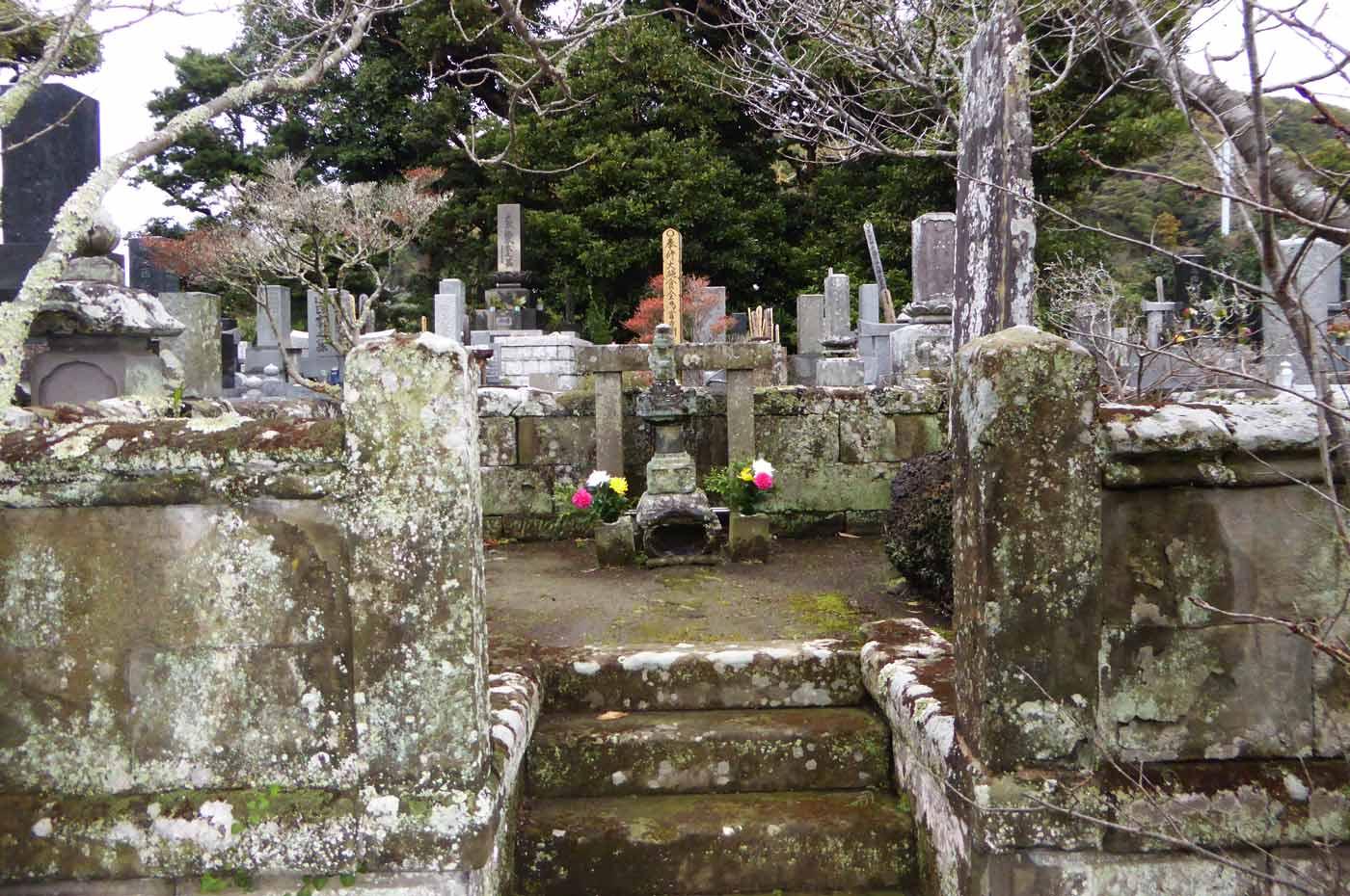 光厳寺の里見氏墓の全景