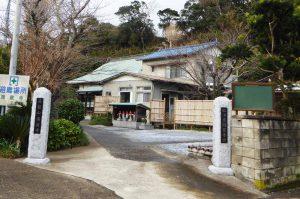 満蔵寺の山門と境内の画像