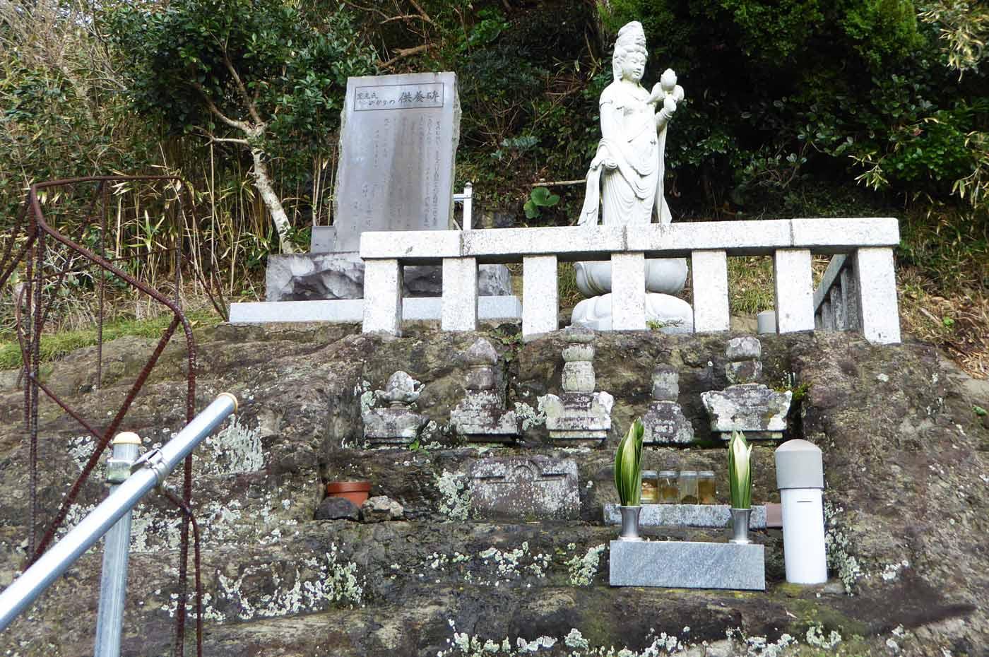 満蔵院裏の里見氏の墓の画像