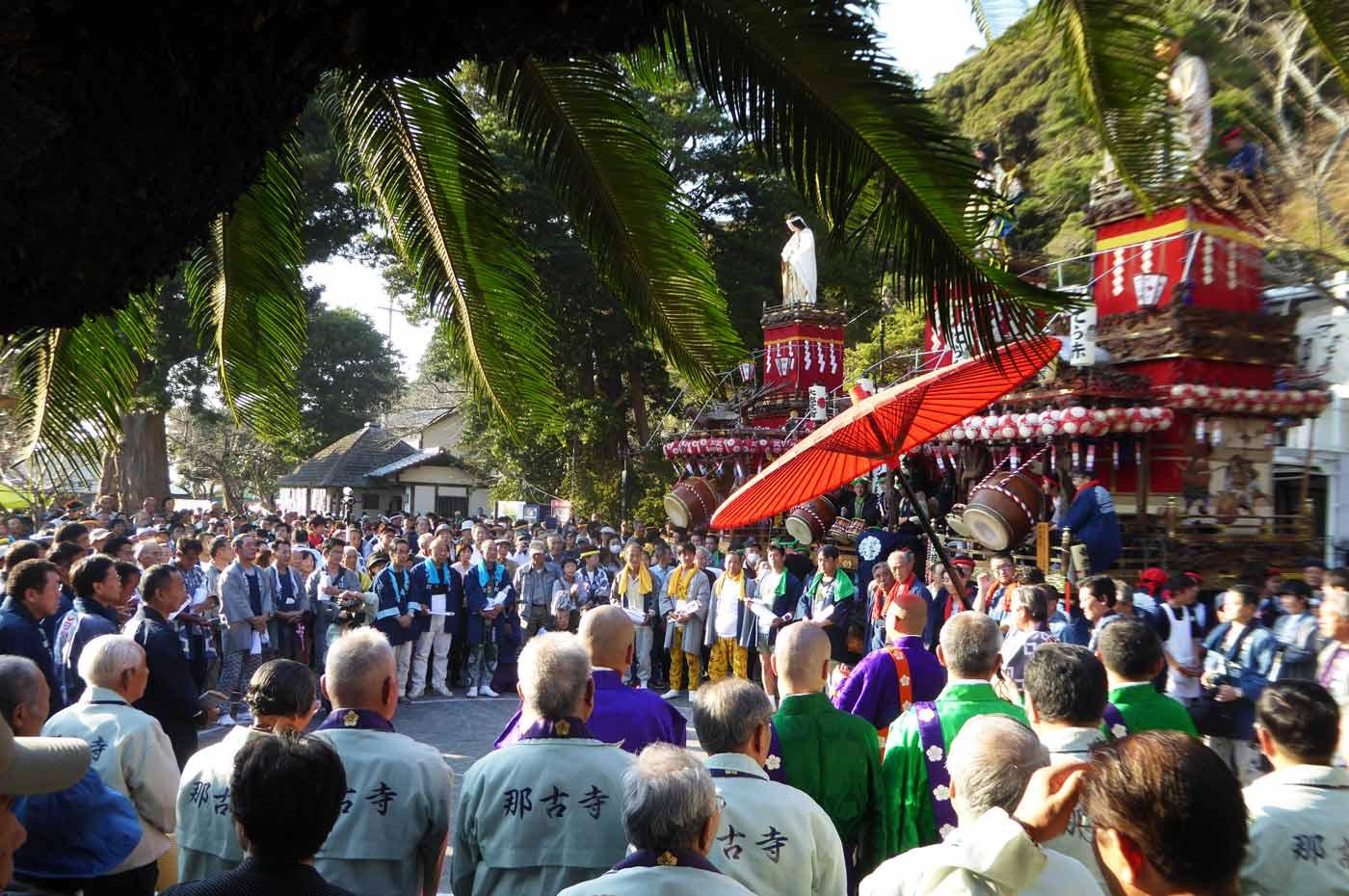 祭りの祭典を本堂から撮影