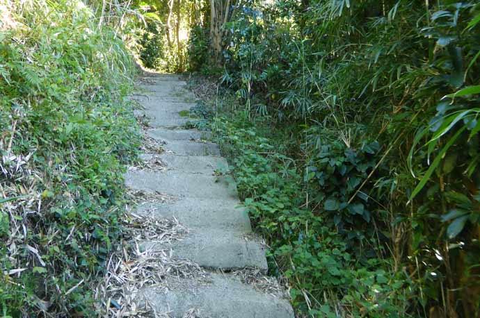 岡本城址への階段の画像