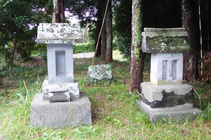 社裏の石祠の画像