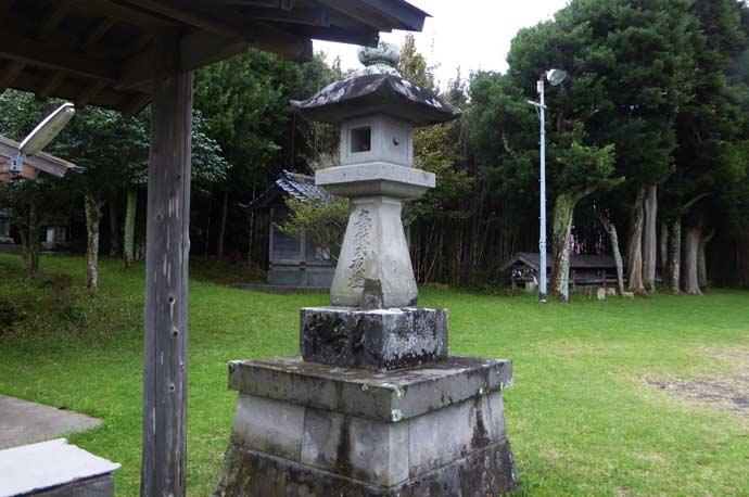 八雲神社の常夜燈(左)の画像