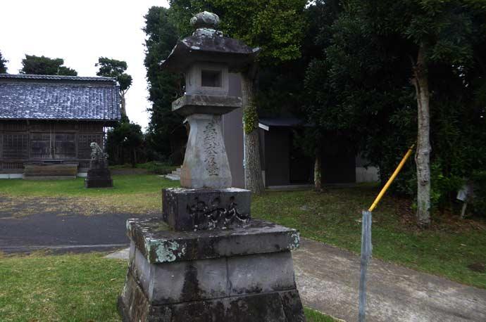 八雲神社の常夜燈(右)の画像