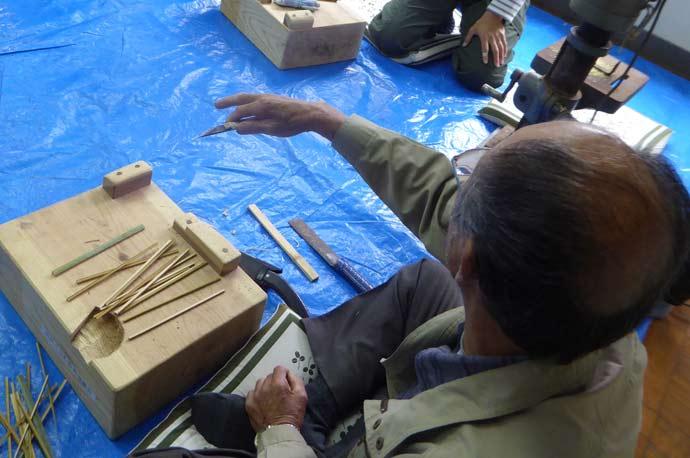 弓竹を割る画像
