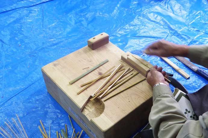弓竹の両端を削る作業の画像