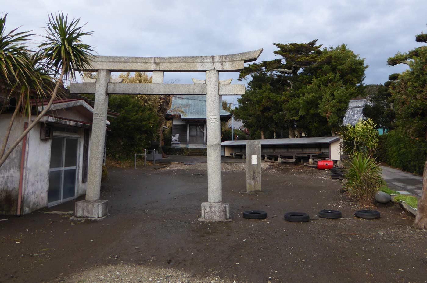 青木神社境内と鳥居の画像