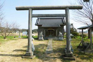 本織神社鳥居と本殿の画像