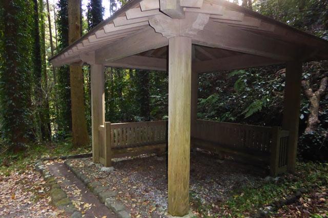 伏姫籠穴ハイキングコースの東屋の画像