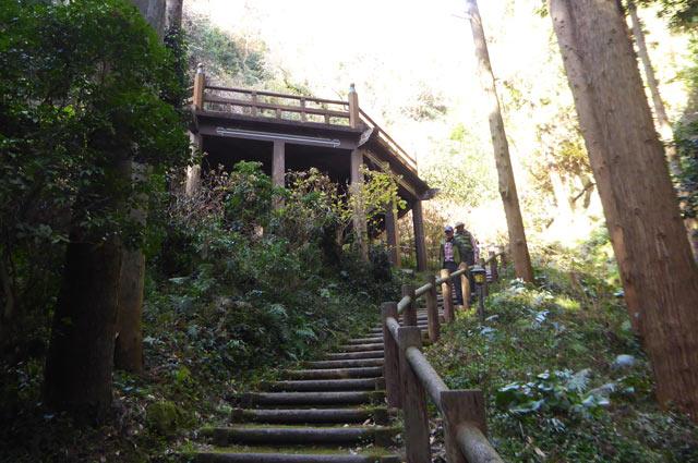 伏姫籠穴ハイキングコースの休憩所の画像