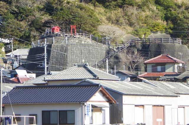 和田港から稲荷大明神を撮影(望遠)