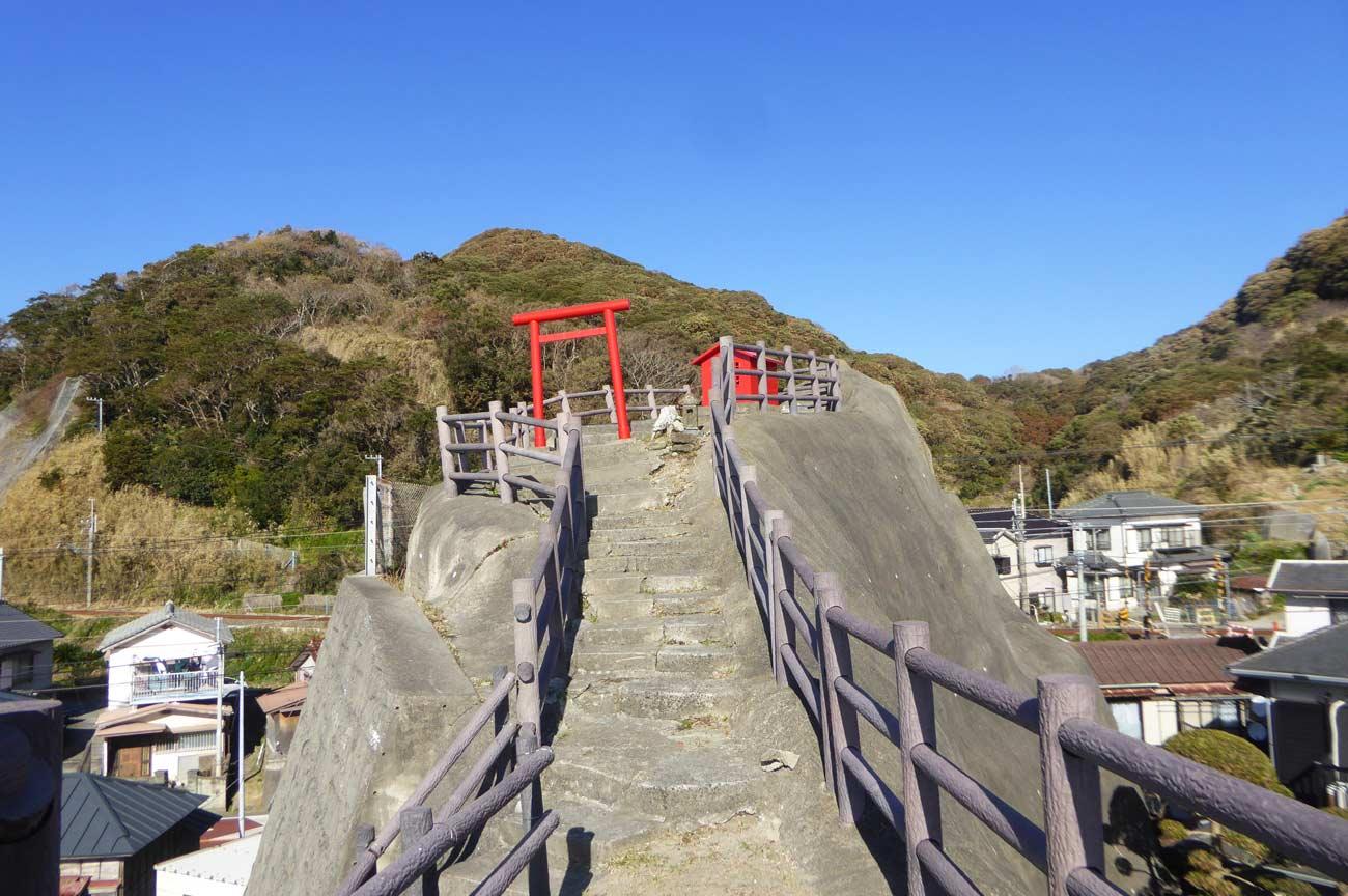 稲荷大明神の鳥居と拝殿の画像
