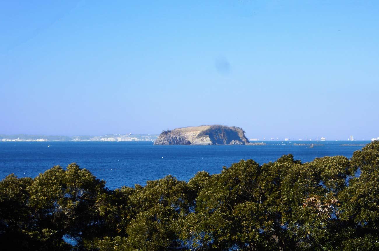 国道127号線から浮島を望む
