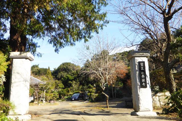 寿薬寺の門の画像