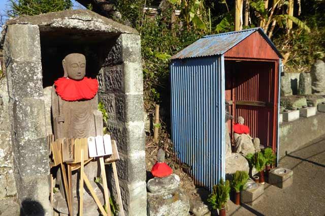 寿薬寺境内の地蔵の画像