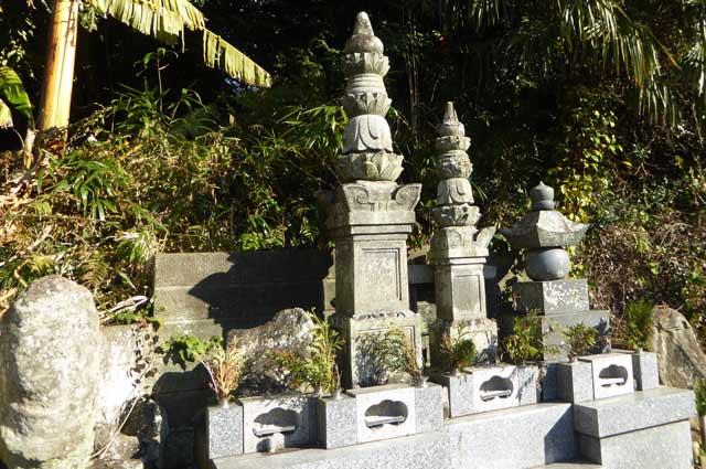 寿薬寺境内の宝篋印塔の画像