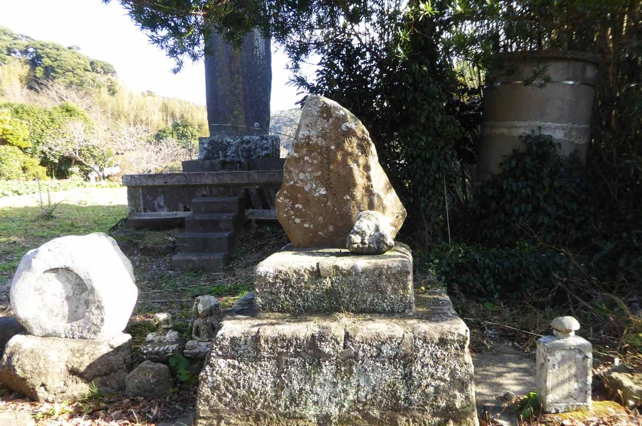 金銅寺境内の石碑の画像