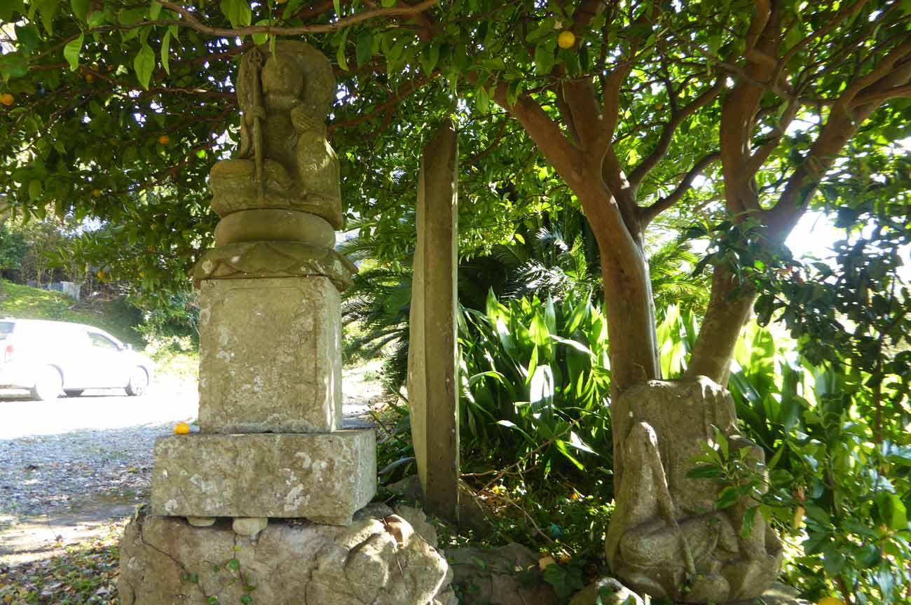 満蔵寺境内の地蔵の画像