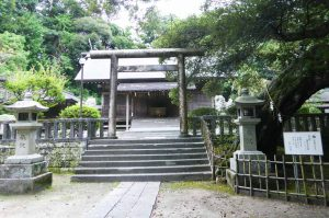 莫越山神社境内と拝殿の画像
