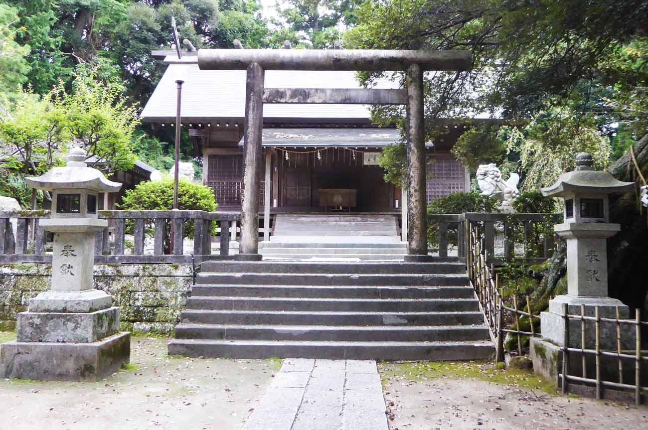 莫越山神社三の鳥居と拝殿の画像
