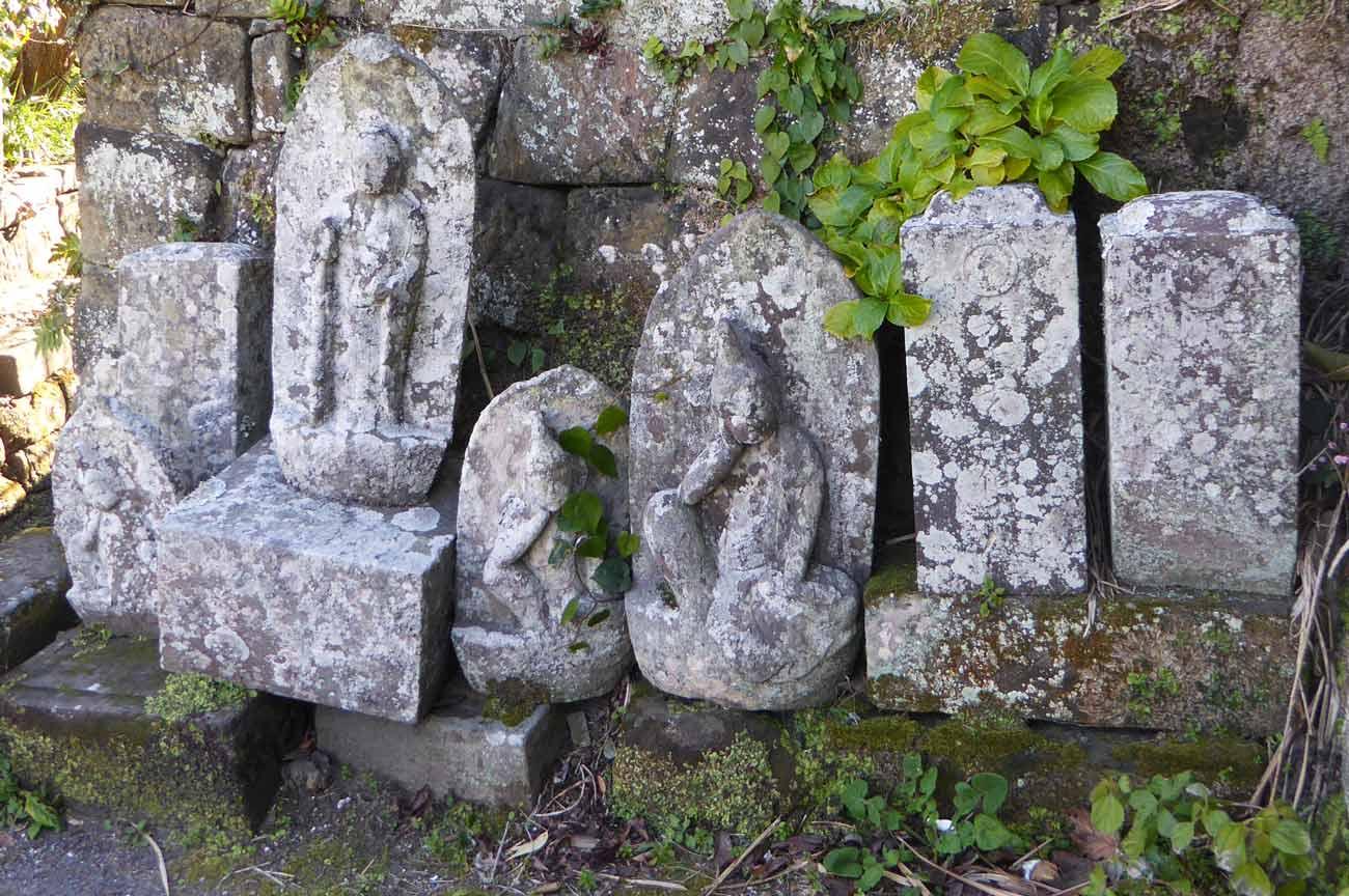薬師堂入口の古い墓の画像