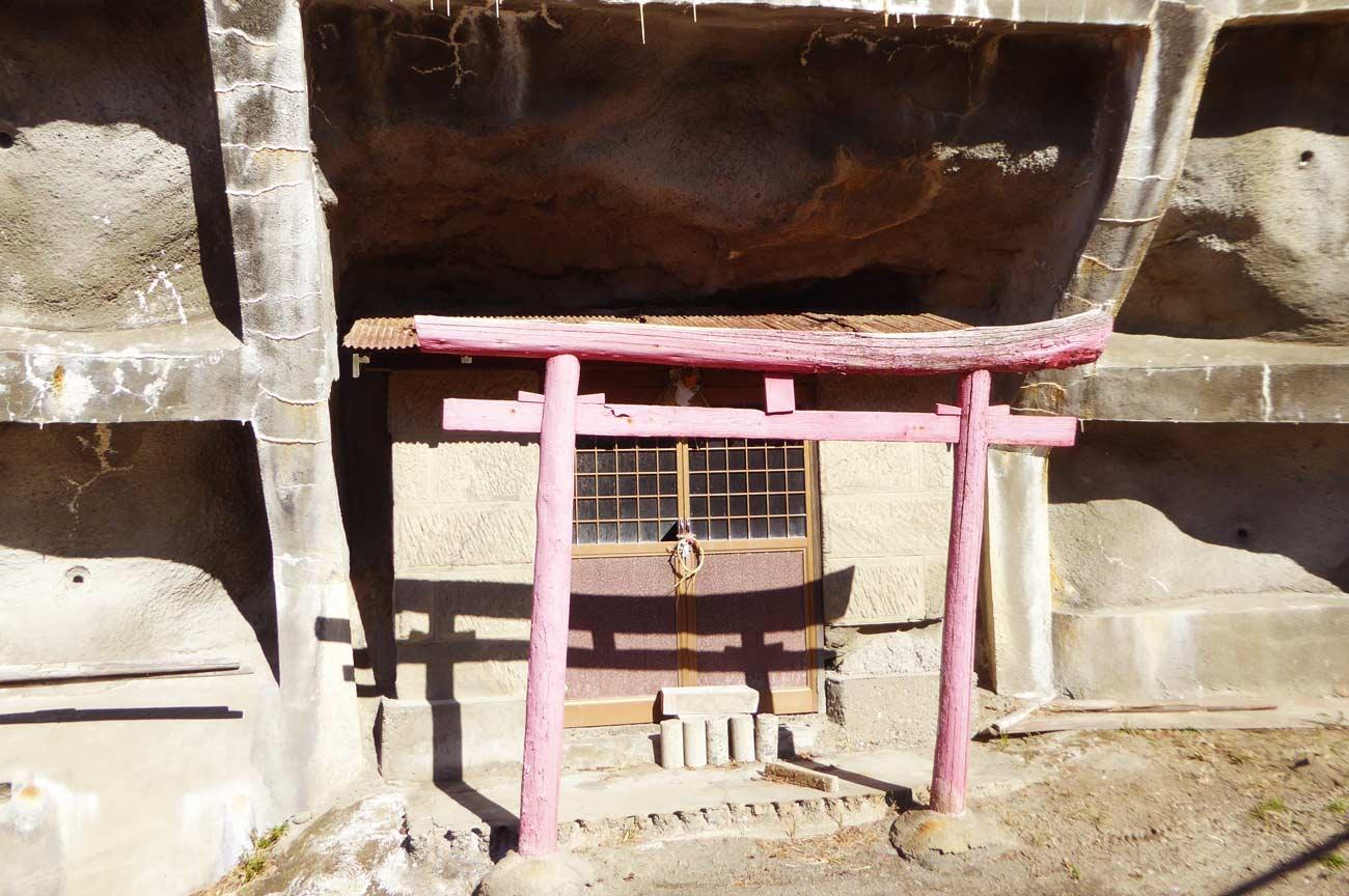 薬師堂裏の名称不明の神社