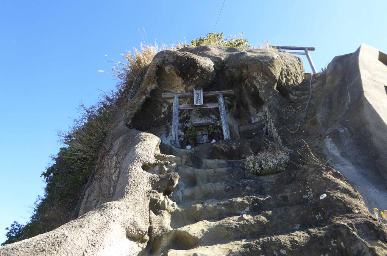 崖の上にある古峯神社の画像