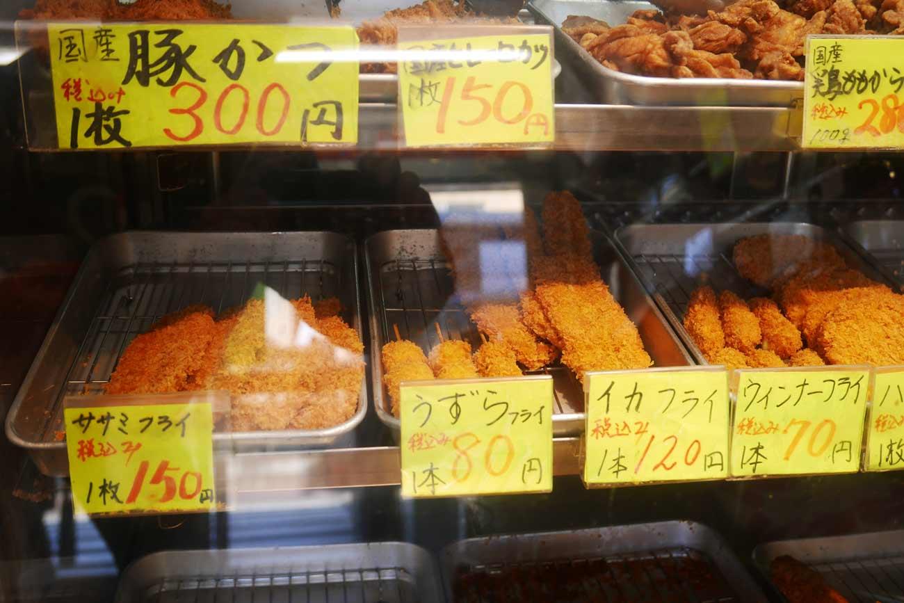 釜新店内のトンカツ、うずらフライ、鶏もも唐揚げの画像