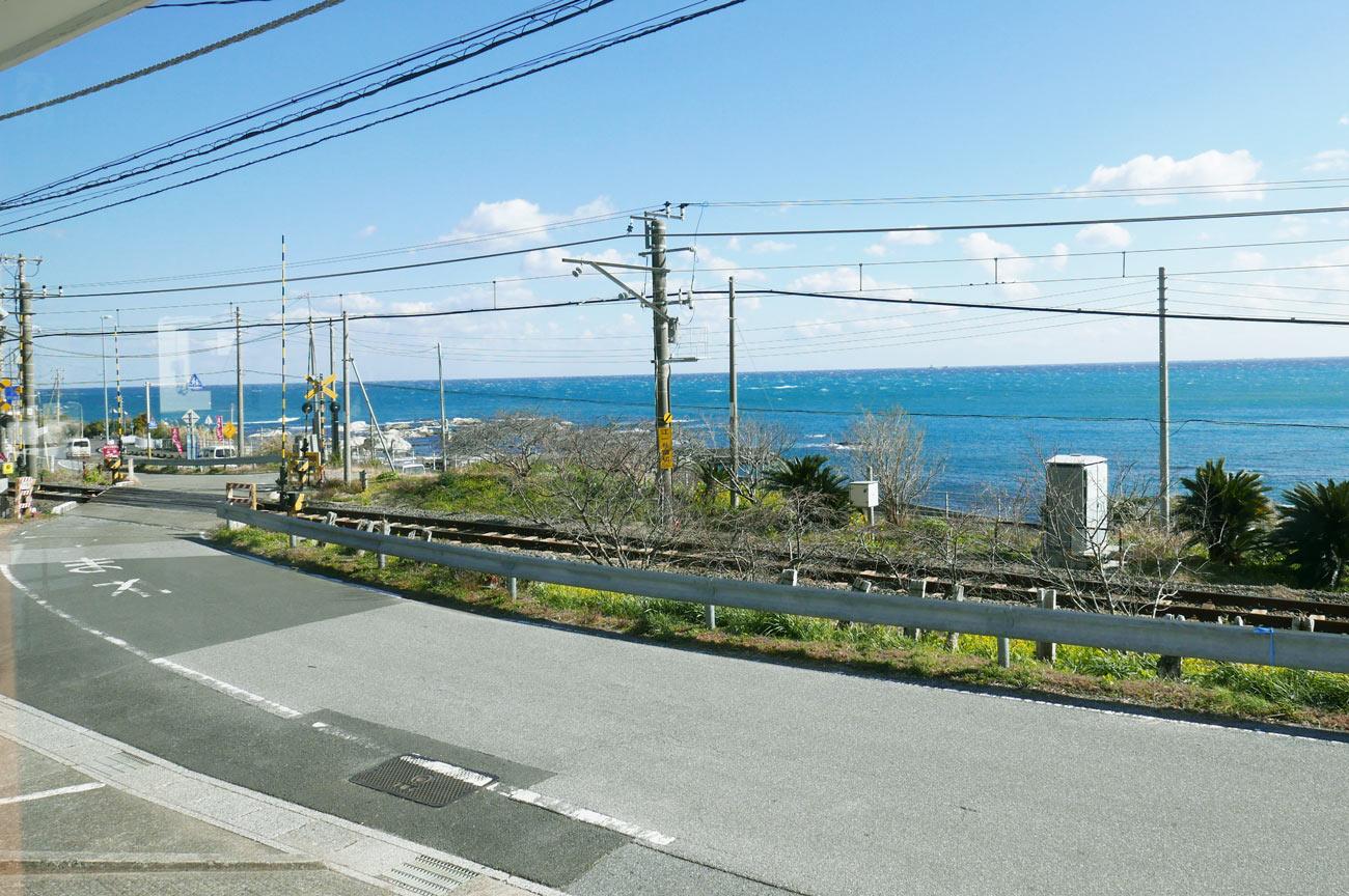 ペンション鳥海店内から海岸を望む