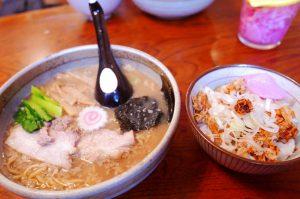 うさぎ家の豚骨ラーメンと豚ご飯の画像