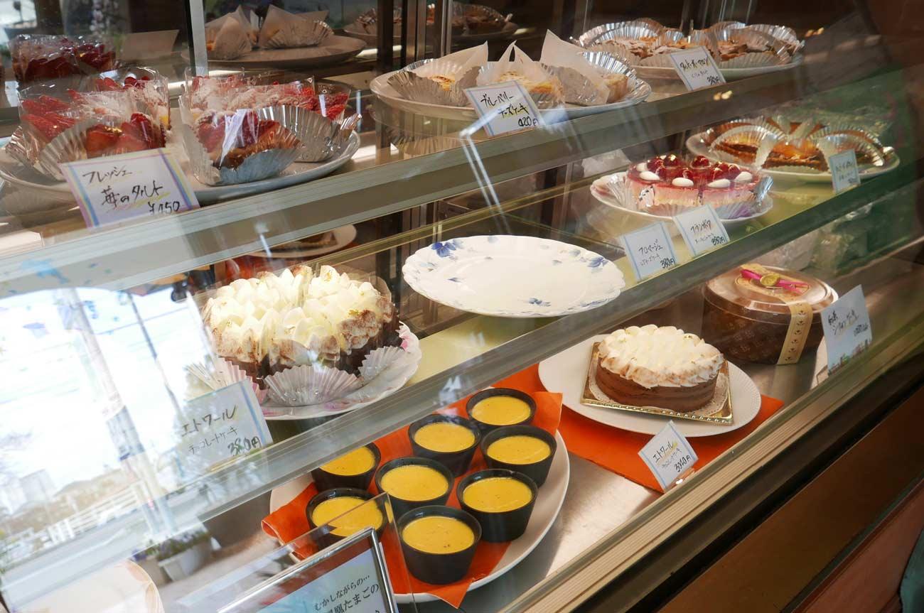 ショーケースのケーキの画像