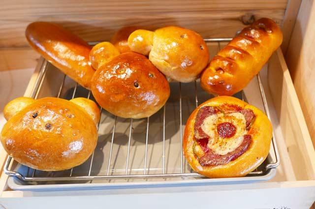 くまカフェの桜あんぱんとくまパンの画像