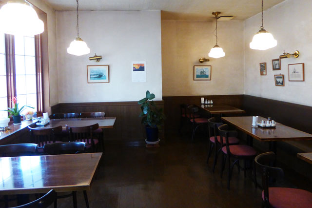 武平館1階のテーブル席の画像