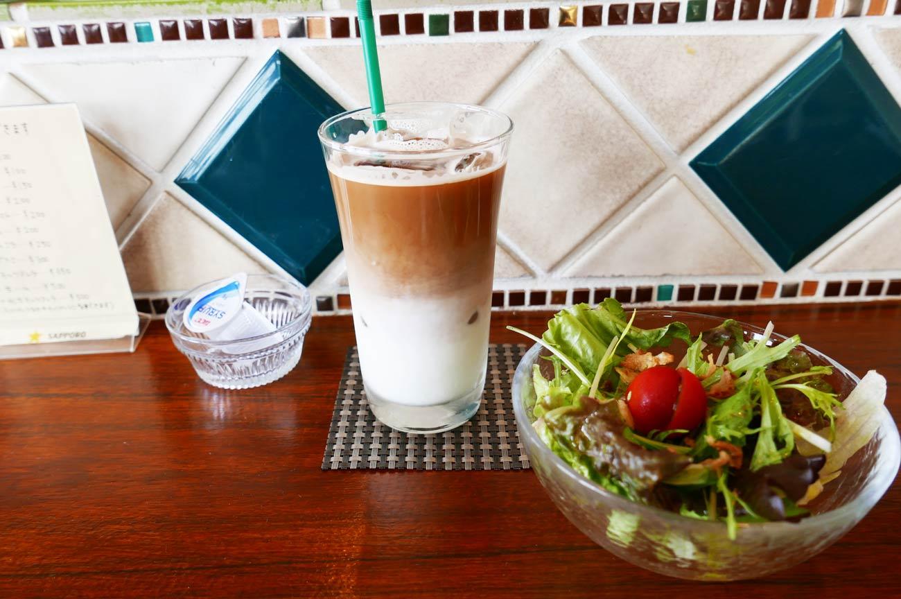 ランチのサラダとカフェラテの画像