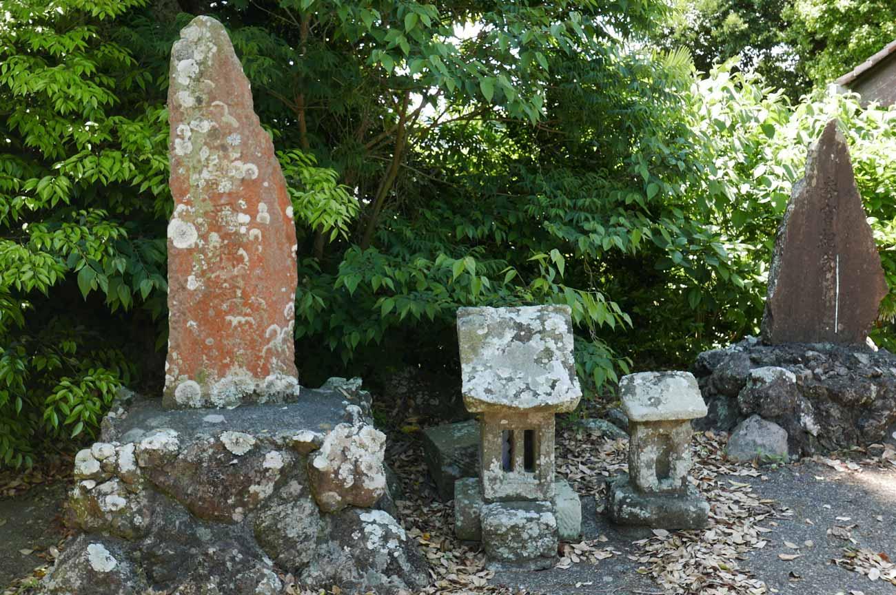 神明神社境内の石碑群の画像