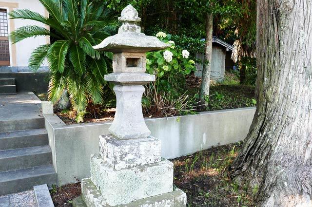 白岩弁財天の常夜灯(右)の画像