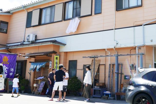 鮮魚池田の客の行列画像