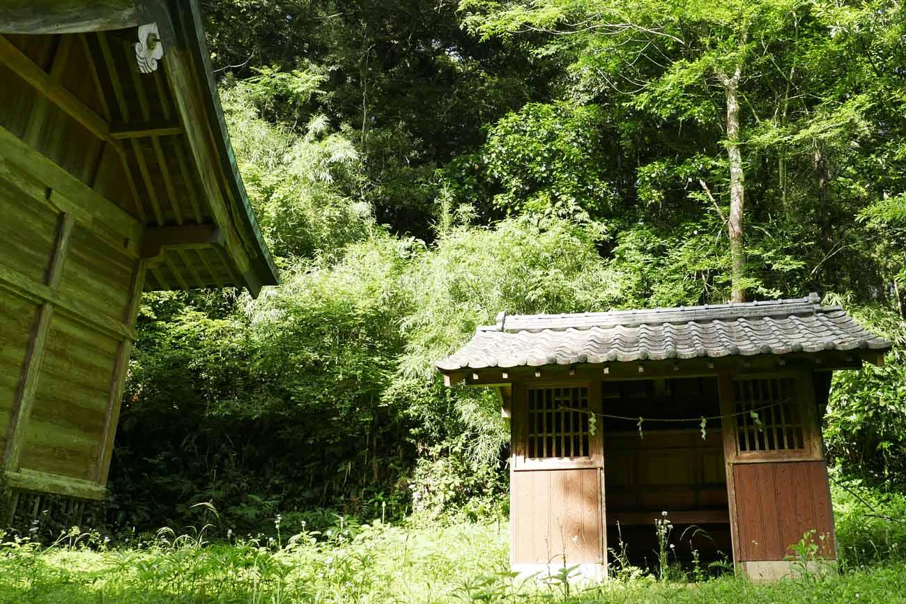 丸郷神社拝殿横の社の画像
