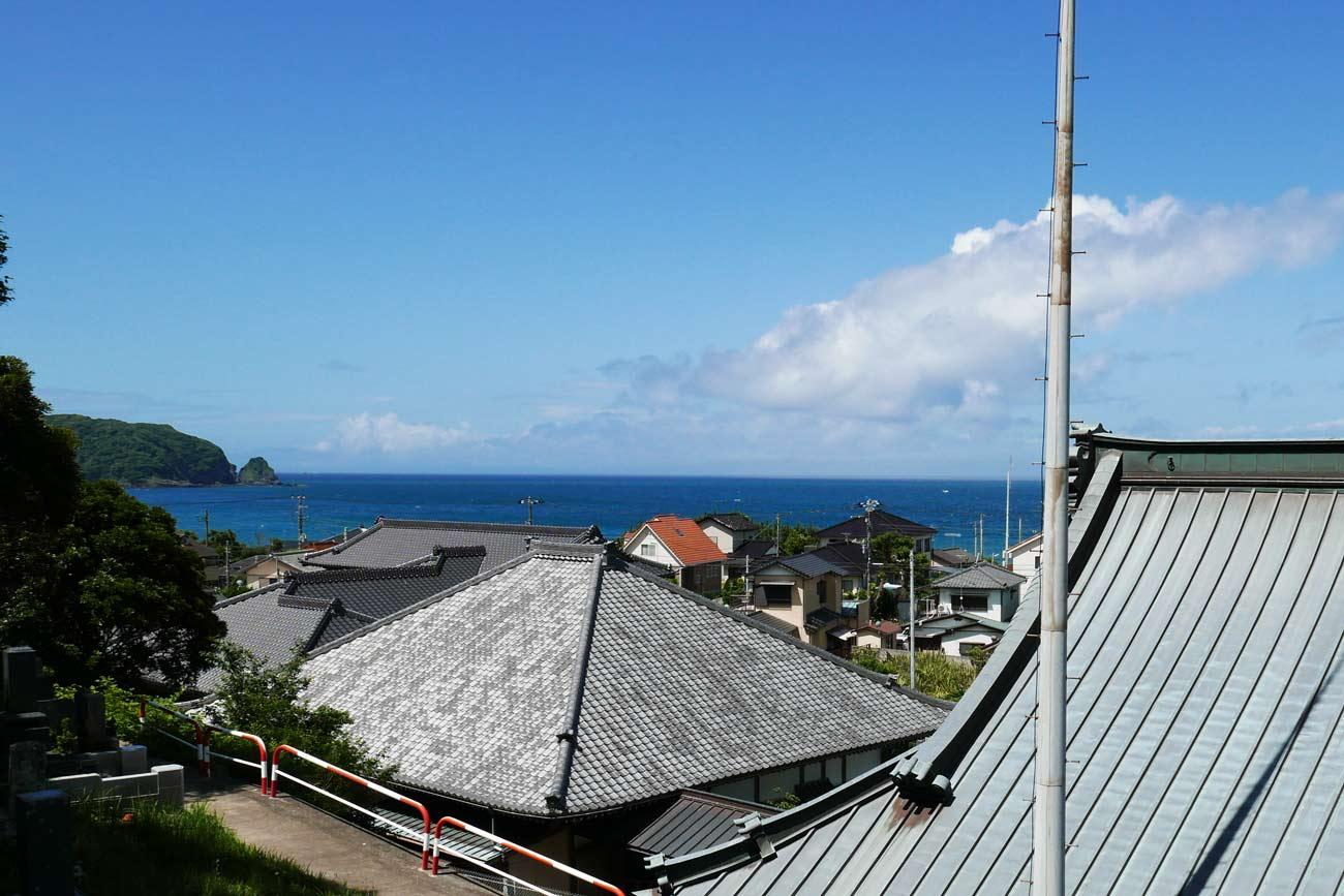 妙福寺裏山から海を望む
