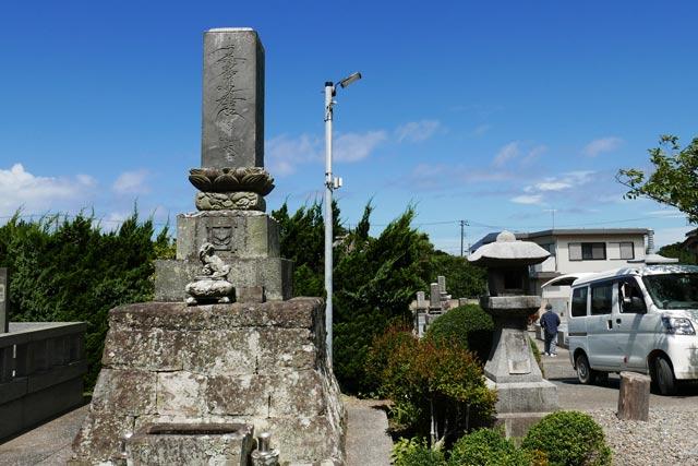 妙福寺境内の題目塔の画像