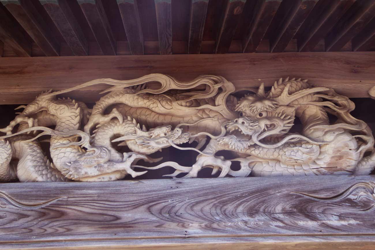 妙福寺本堂の龍の彫刻のアップ画像