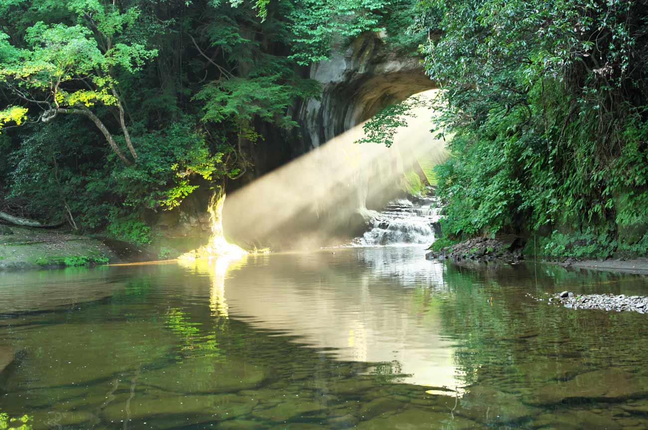 ハート型に光る亀岩の洞窟の画像