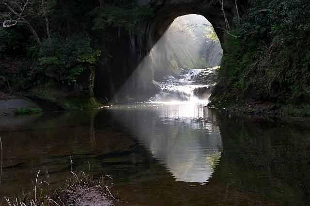 ハート型に光る亀岩洞窟の画像1