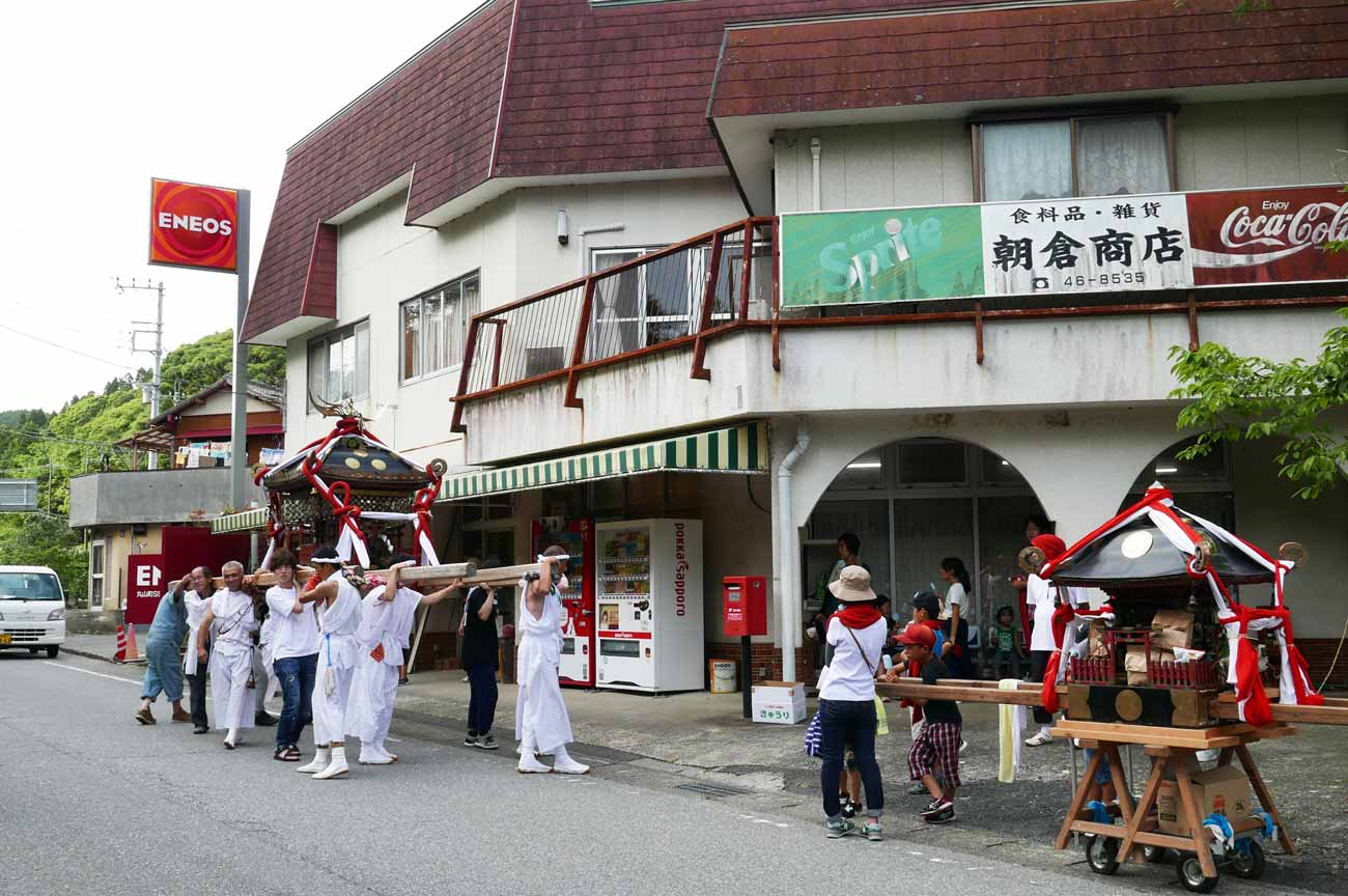 鳥居と祭りの幟の画像