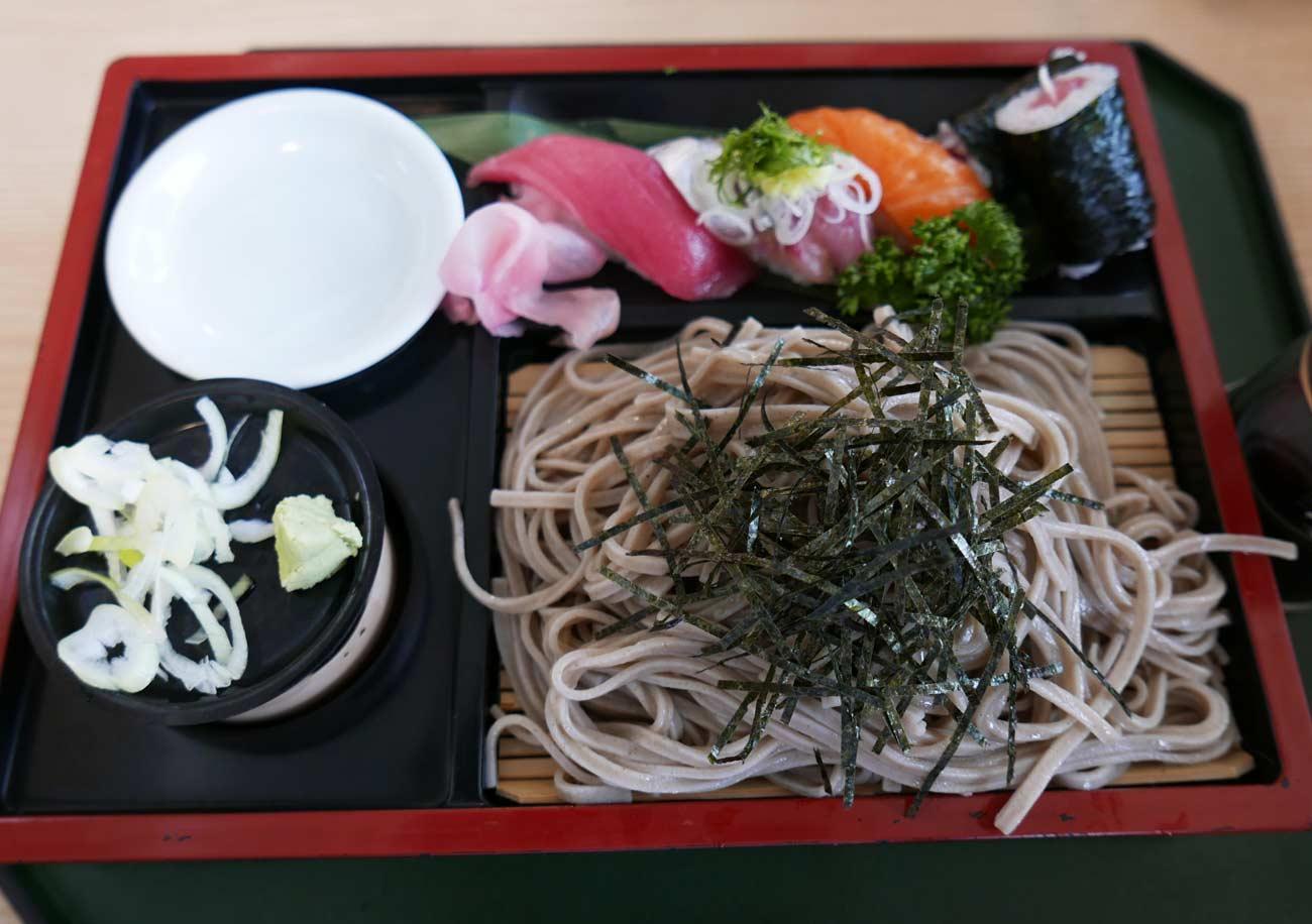 杜仲うどん寿司付きの画像