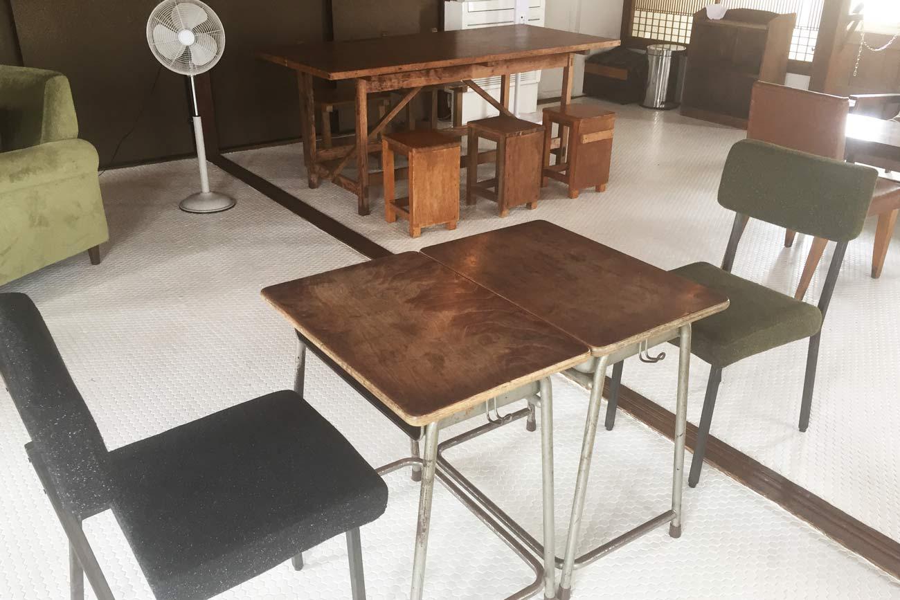 昔の学校の机と椅子の画像