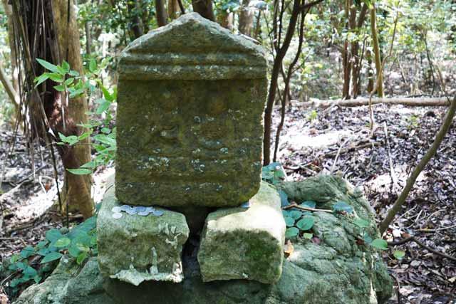 途中の石碑の画像