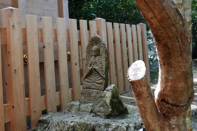 本殿の横の石碑の画像