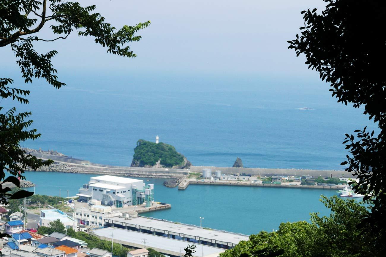 魚見塚浅間神社拝殿から鴨川港を望む