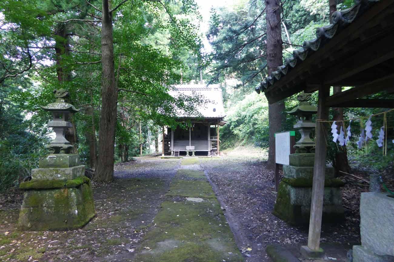 安岡神社の手水舎と常夜灯の画像